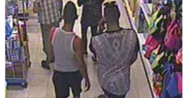 Dos de los sospechosos, grabados por la cámara de seguridad del negocio.