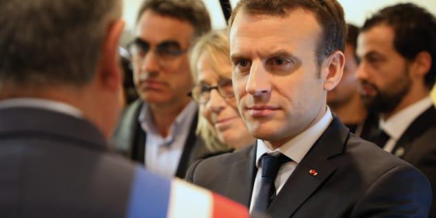 """Emmanuel Macron en visite aux Mureaux ce 20 février a refusé de réagir aux propos polémiques de Laurent Wauquiez diffusés par """"Quotidien""""."""