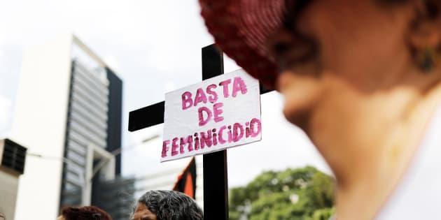 """""""Basta de feminicídio"""", diz o cartaz durante manifestação em 25 de novembro de 2017, Dia da Eliminação da Violência Contra a Mulher, em São Paulo."""