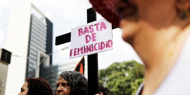 """Relatório da ONU também aponta que o lar é o ambiente mais violento para as mulheres. Na imagem """"Basta de feminicídio"""", pede manifestante em São Paulo."""