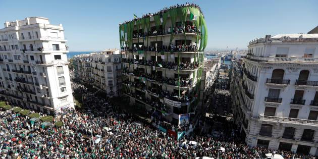 Les Algériens manifestent à la suite de l'annonce par le président Bouteflika du report des élections et de l'extension de son mandat, à Alger, le 15 mars 2019.