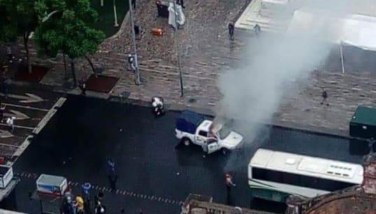 🎥 Encapuchados y policías se enfrentan en Avenida