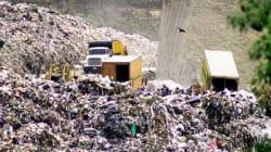 Pepenadores buscan entre escombros del