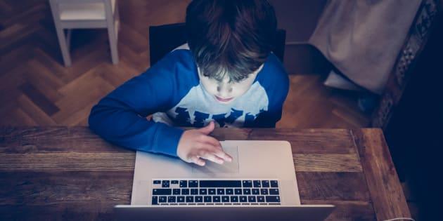 En diffusant un documentaire associant autisme et écrans, les médias véhiculent une fake news.
