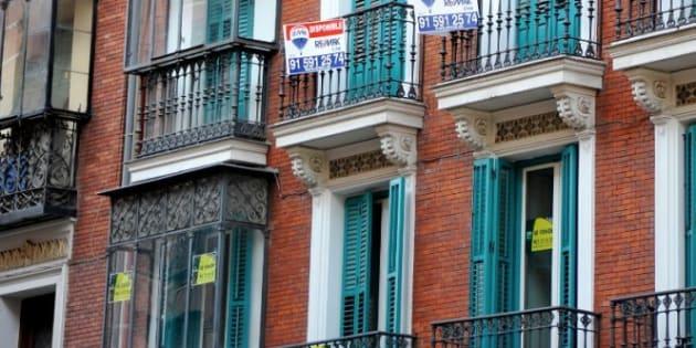 Carteles de venta de viviendas en un edificio.