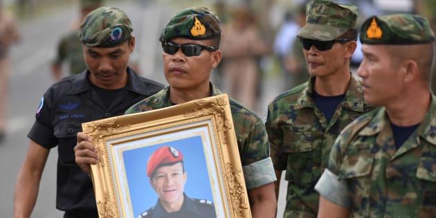 Militares tailandeses prestam homenagem ao mergulhador Samarn Kunan.