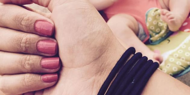 Pour garder son calme face à un enfant, la méthode virale des 5 élastiques au poignet