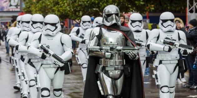 Una patrulla de soldados imperiales de Star Wars en el parque temático de Walt Disney Studios.