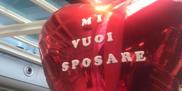 Catania, proposta di matrimonio in aeroporto: lei rifiuta e scappa