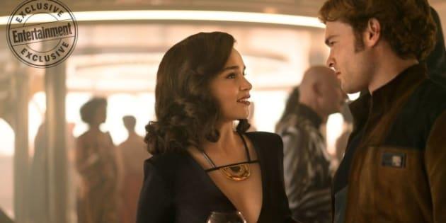 """Dans """"Solo: A Star Wars Story"""", il en faudra plus à Emilia Clarke, alias Qira, pour être impressionnée par le très célèbre Han Solo."""