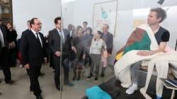 Hollande a rendu visite à cet artiste qui couve des œufs en