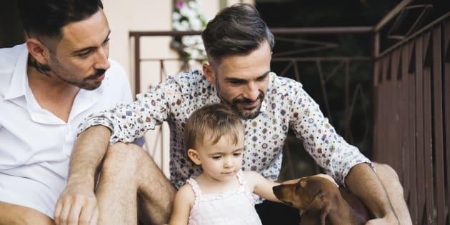 """Des enfants """"atypiques"""" pour les couples homosexuels qui souhaitent adopter? Les propos d'un responsable de Seine-Maritime indignent (photos d'illustration)"""