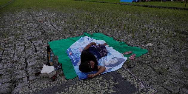À Lombok en Indonésie, une femme dort près de sa tente après le séisme, le 7 août.