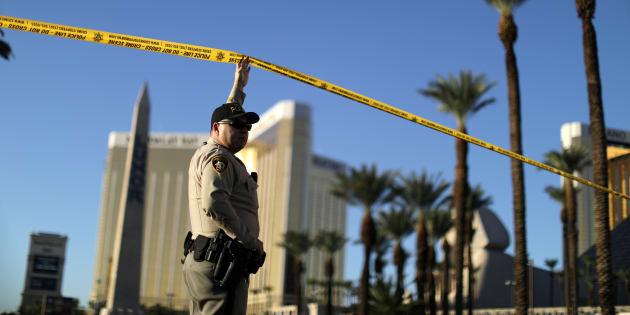 Un policier à Las Vegas, près du lieu de la tuerie, le 3 octobre.