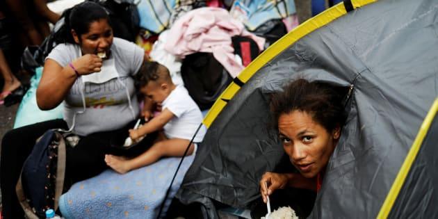 Famílias sem-teto buscam abrigo ao lado da igreja do Largo do Paissandu, após desabamento de prédio onde viviam.