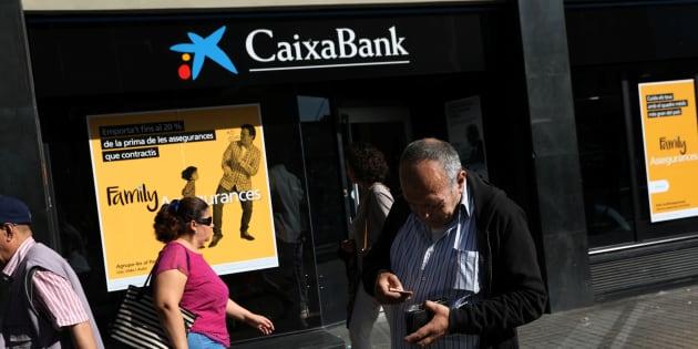 Oficina de CaixaBank en Barcelona. REUTERS/Susana Vera