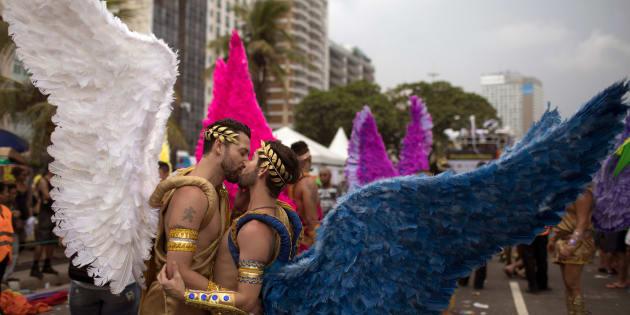 Dois rapazes se beijam na Parada LGBT do Rio de Janeiro, realizada em novembro de 2017.