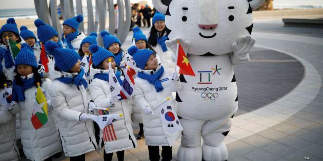 Des enfants photographiés le 8 février 2018 avec la mascotte des Jeux Olympiques de Pyeongchang.   REUTERS/Kim Hong-Ji