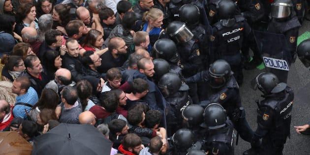 La Policía bloquea el paso de los concentrados ante uno de los puntos de votación durante el 1-0 de 2017, en Barcelona.