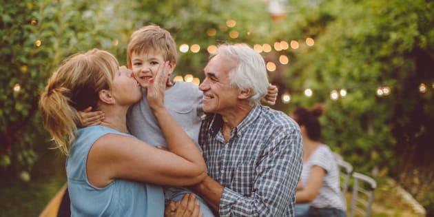 Je confie mes enfants à leurs grands-parents pendant les vacances et voici pourquoi je le vis très mal.