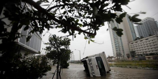 ハリケーン「イルマ」の強風で横転したトラック(2017年9月10日、マイアミで撮影)