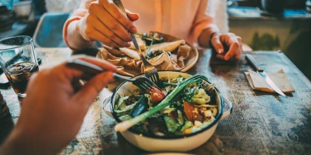 Manger plus lentement permet de perdre du poids