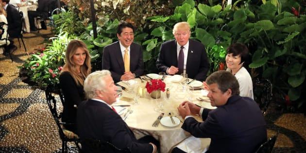 Le Premier ministre japonais Shinzo Abe et sa femme Akie dînent avec le président Donald Trump et sa femme Melania à Mar-a-Lago, le 10 février.