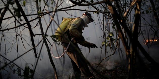 Voluntário ajuda a controlcar incêndio na Chapada dos Veadeiros.