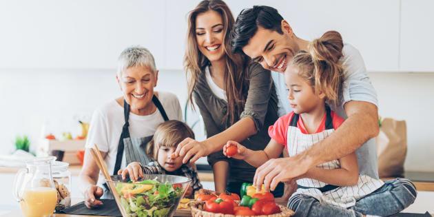 Ce sont les mères et les pères qui, par leur exemple et leur enseignement, apprennent aux enfants à entretenir des rapports égalitaires.