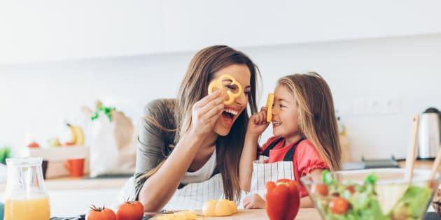 Il est primordial d'aider ses enfants et de les motiver à cuisiner.