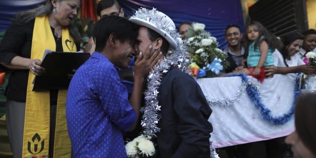 Au Mexique, ces couples de migrants LGBT arrivés à la frontière américaine se sont mariés.