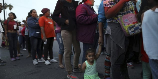 Une caravane de migrants en provenance de l'Amérique centrale tentent de rejoindre la frontière américaine pour y demander l'asile.