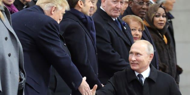 Vladimir Poutine serre la main de Donald Trump à son arrivée sur les Champs-Elysées pour les commémorations du 11 novembre.