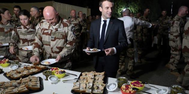 Emmanuel Macron célébrant Noël avec les militaires français au Tchad.