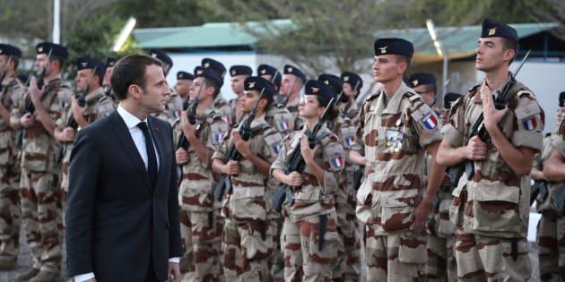 Trois semaines après avoir rendu visite aux soldats de l'opération Barkhane au Tchad, Emmanuel Macron présente ses vœux aux armées. Les seuls du mois de janvier.