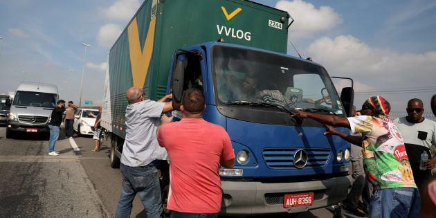Caminhoneiros dissuadem motorista que não quer aderir à greve.