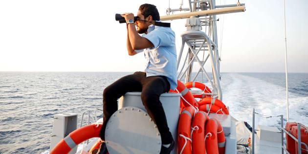 Un miembro de la Guardia Costera libia trata de divisar embarcaciones de migrantes en el Mediterráneo, el pasado 9 de agosto.
