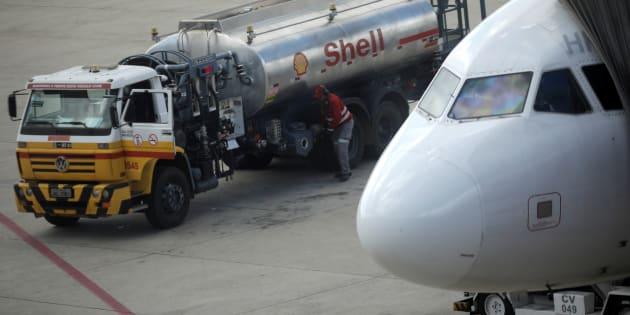 Avião é abastecido em Brasília, na última sexta-feira (25). Aeroporto do DF recebeu 1,3 milhão de litros de querosene nesta segunda-feira, mas ainda opera com restrição.