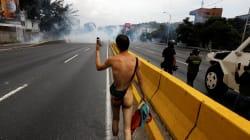 La historia detrás de la foto del hombre desnudo en las protestas de