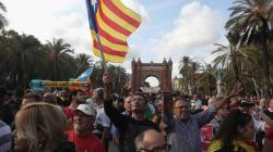 Líder da Catalunha declara independência, mas suspende seus efeitos pedindo