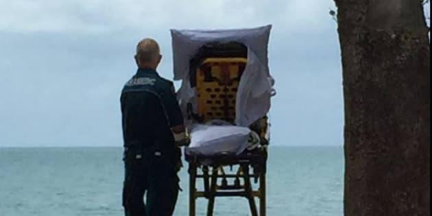 Des ambulanciers emmènent une femme en soins palliatifs voir la mer une dernière fois — Australie