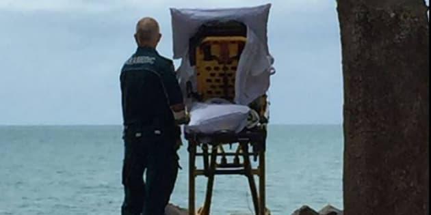 Des ambulanciers du Queensland ont emmené une patiente tout juste sortie de soins palliatifs voir la mer.