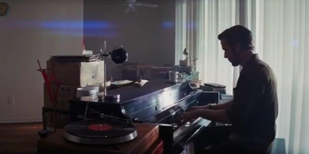 Ryan Gosling jouant du piano.