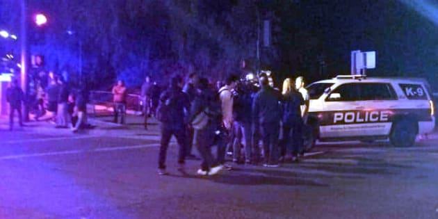 La police sécurisant le bar où s'est déroulée une fusillade à Thousand Oaks en Californie le 7 novembre 2018.