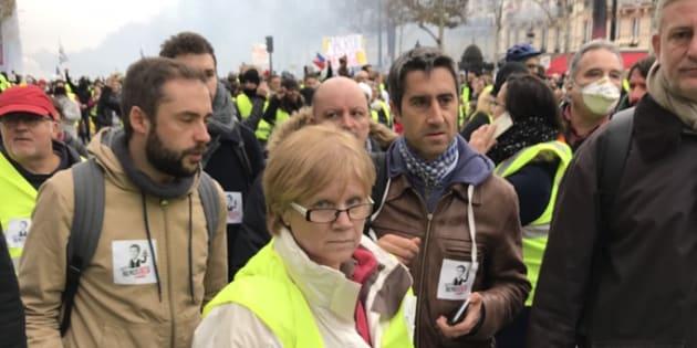"""Sur les Champs-Élysées, François Ruffin (deuxième en partant de la droite) se réjouit de voir la France """"passer à l'action""""."""