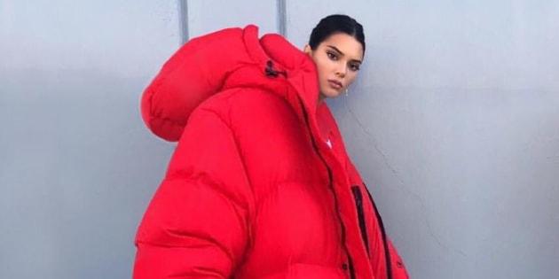 Kendall Jenner fait le buzz sur les réseaux sociaux avec ce manteau rouge géant.