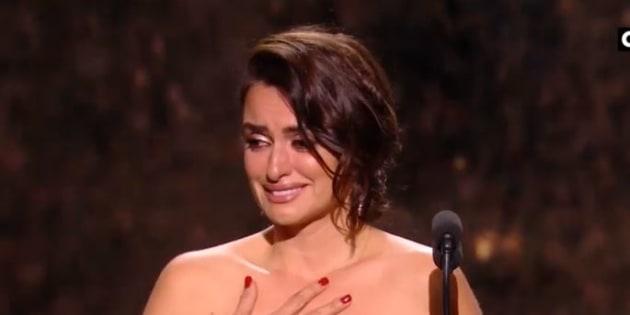 Penélope Cruz émue aux larmes pour recevoir son César d'honneur le 2 mars 2018.