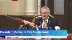 Le président tchèque brandit une réplique de Kalachnikov