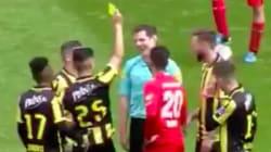 Cet arbitre reçoit un carton jaune de la part d'un
