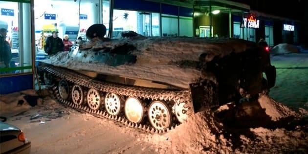 Roba tanque militar y lo usa ¡para asaltar licorería!